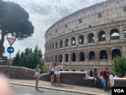 Tourists outside Rome's ancient amphitheater. (Sabina Castelfranco//VOA)