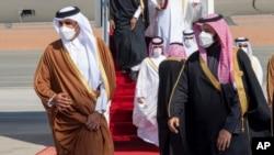 Le prince héritier d'Arabie Saoudite Mohammed ben Salmane (D) accueille l'émir du Qatar, Tamim bin Hamad al-Thani, lors du 41e sommet du Conseil de Coopération du Golfe à Al-Ula. (AP-photo fournie par la Cour royale saoudienne)