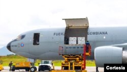 Vacunas donadas por Estados Unidos llegaron a Bogotá, el jueves en la mañana, en un avión de laFuerza Aérea Colombiana. [Foto: Cortesía Presidencia de Colombia]