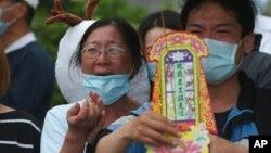 Gia đình các nạn nhân vụ tai nạn tàu tốc hành ở Đài Loan, làm ít nhất 50 người thiệt mạng, tại một lễ cầu nguyện cho linh hồn người đã khuất hôm 3/4 ở Hoa Liên. Đài Loan vừa bắt giữ một nghi phạm người Việt được cho là có liên quan đến vụ tai nạn thảm khốc này.