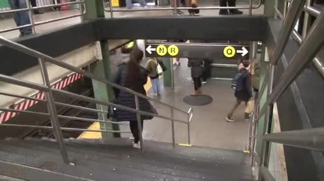 «В метро без штанов»