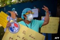 Enfermeras se manifestaron en Panamá para exigir equipo de protección para combatir la pandemia COVID-19 y pago de salarios atrasados, el mismo día que el país ha relajado la cuarentena y ha reabierto nuevos sectores económicos.