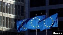 歐盟(EU)的旗幟在比利時布魯塞爾歐盟委員會總部外飄揚。