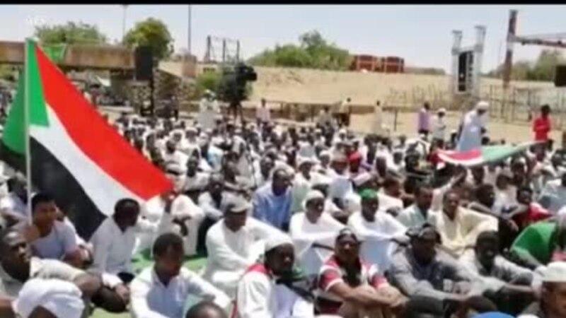 Des manifestants soudanais prient devant le QG de l'armée