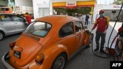 پاکستان میں گزشتہ ماہ پیٹرول کی قیمتوں میں کمی کے بعد پیٹرول کی قلت پیدا ہو گئی تھی۔ (فائل فوٹو)