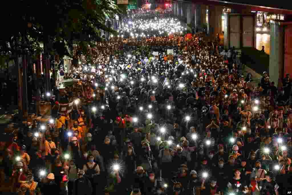 معترضان دموکراسیخواه در تایلند با روشن کردن چراغ تلفنهای همراه خود به سمت سفارت آلمان در مرکز بانکوک به حرکت در آمدند.