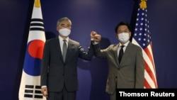 Utusan khusus Presiden AS Joe Biden untuk Korea Utara, Sung Kim bersama Utusan khusus Korea Selatan Noh Kyu-duk (kanan), di Plaza Hotel, Seoul, 23 Agustus 2021.