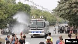 Para petugas kepolisian menghalau para demonstran dalam unjuk rasa menentang kudeta militer di Mandalay, Myanmar, Sabtu, 20 Februari 2021.