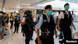 在一次反政府抗议期间,防暴警察在香港一处商场巡逻。(2020年5月16日)