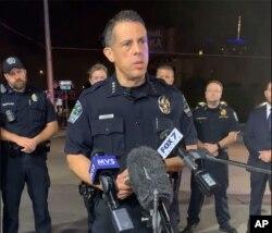 12일 미국 텍사스주 오스틴의 조셉 차콘 경찰 국장이 이 날 새벽 발생한 총격 사건에 대해 브리핑하고 있다.