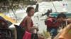 Al borde de la playa un grupo de 5 jóvenes venezolanos esperan poder reunir el dinero necesario para poder cruzar hacia el corregimiento de Capurganá, municipio fronterizo con Panamá, la puerta hacia Centroamérica.