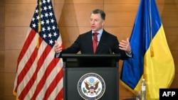 2019年7月27日前美国驻乌克兰特使库尔特·沃尔克在乌克兰基辅举行的新闻发布会上发表讲话。