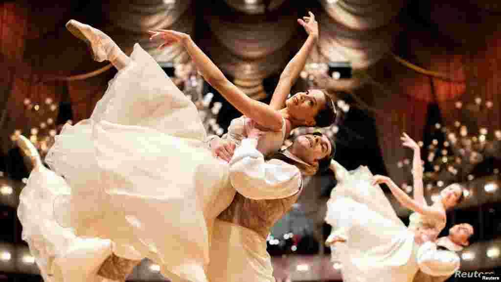 오스트리아 빈에서 열리는 전통 사교 행사인 '오페라 볼'에 앞서 국립 오페라 발레단이 리허설을 하고 있다.