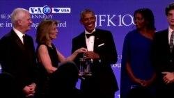 """Manchetes Americanas 8 de Maio 2017: Barack Obama recebeu premio """"Perfil de Coragem"""""""