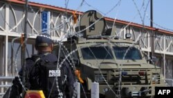 美国海关及边境保卫局特工在美墨边境执勤(2019年1月 资料照片)