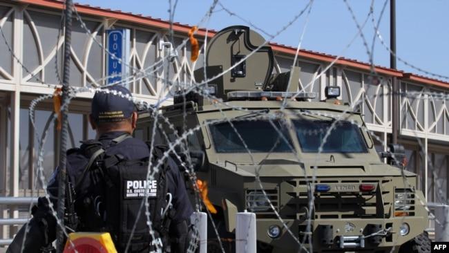 美国海关及边境保卫局特工在美墨边境执勤。(资料照片)
