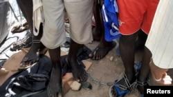 Abantu baboshwe n'iminyororo inyuma yo gutabarwa n'igiporisii i Daura mu karere ka reta ya Katsina, Nijeriya. Isanamu yafashwe itariki 14/10/2019.