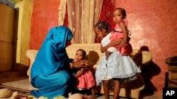 ນາງ Youssria Awad ກໍາລັງຫລິ້ນກັບລູກຢູ່ເຮືອນຂອງລາວໃນນະຄອນຫລວງ Khartoum, ຂອງຊູດານ ໃນວັນທີ 14 ມິຖຸນາ, 2020. ລາວປະຕິເສດບໍ່ຍອມໃຫ້ດັດແປງອະໄວຍະວະເພດຂອງລາວ