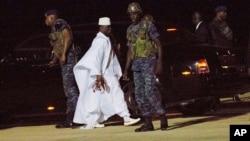 L'ancien dirigeant de la Gambie, Yahya Jammeh, en blanc, à l'aéroport de Banjul, en Gambie, le 21 janvier 2017.