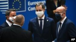 PM Luksemburg Xavier Bettel (kiri) berbicara dengan Presiden Dewan Eropa Charles Michel (kanan), dan PM Yunani Kyriakos Mitsotakis (tengah) pada pertemuan meja bundar KTT Uni Eropa di gedung Dewan Eropa di Brussels, 1 Oktober 2020.