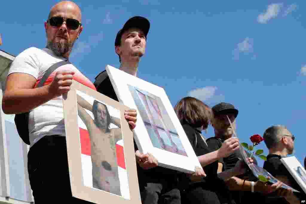 Belarus paytaxtı Minskdə keçirilən nümayişlər zamanı etirazçılar polis tərəfindən döyülmüş nümayişçilərin şəkillərini göstərir.