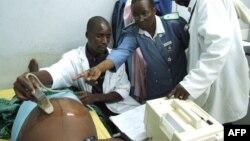 Petugas melakukan pemeriksaan terhadap seorang perempuan hamil di Kasungu, Malawi (foto: ilustrasi).