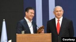 بنیامین نتانیاهو در کنار رئيس موساد. عکس از حساب رسمی توئیتر دفتر نخستوزیری اسرائیل