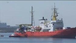 کشتی متعلق به پزشکان بدون مرز با صدها پناهجو در اسپانیا پهلو گرفت