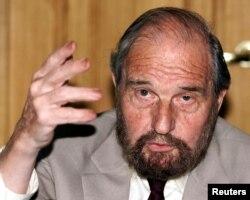 ARHIVA - Tajni agent Džordž Blejk govori na prezentaciji knjige pisama koja su napisali drugi špijuni iz britanskog zatvora, u Moskvi, 28. juna 2001.