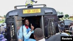 Mgombea wa urais Robert Kyagulanyi, ambaye pia anajulikana kama Bobi Wine akiwa katika gari la polisi baada ya kukamatwa wilayani Luuka mashariki mwa Uganda, Nov. 18, 2020.