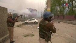 بھارت کے زیر انتظام کشمیر میں طالب علم احتجاج کر رہے ہیں۔