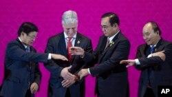 美国国家安全顾问奥布莱恩在东盟峰会上与泰国总理巴育、越南总理阮春福和老挝通伦拉手。