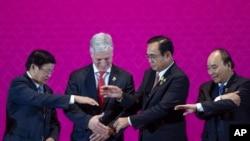 ທ. ໂຣເບີດ ໂອໄບຣແອັນ (ທີ 2 ຈາກຊ້າຍ), ນາຍົກ ທອງລຸນ ສີສຸລິດ (ຊ້າຍສຸດ), ນາຍົກປຣະຢຸດ ຈັນໂອຊາ ແລະນາຍົກ Nguyen Xuan Phuc (ຂວາສຸດ) ກຳລັງຈະຈັບມືກັນຢູ່ກອງຊຸມສຸດຍອດຂອງປະເທດໃນເຂດເອເຊຍຕາເວັນອອກ ແລະເອເຊຍຕາເວັນອອກສຽງໃຕ້ ທີ່ຈັດຂຶ້ນໃນອາທິດນີ້ ທີ່ບາງກອກ