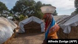 Mwanamke akipita katika vibanda vilivyoko katika kambi ya 25 de Junio wanakoishi watu waliolazimika kikumbia maeneo yao huko Metuge Disemba 9, 2020 kutoka eneo la magharibi la Cabo Delgado.