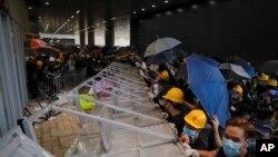 Những người biểu tình tìm cách xông vào tòa nhà Hội đồng Lập pháp Hong Kong hôm 1/7