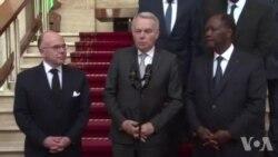 Le ministre français des Affaires étrangères Jean-Marc Ayrault en Côte-d'Ivoire après l'attaque de Grand Bassam