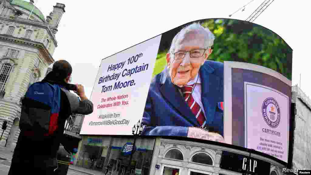 영국 런던의 전광판에 톰무어 할아버지의 100세 생일을 축하하는 메세지가 떠 있다. 톰 할아버지는 자신의 암 치료와 엉덩이뼈를 고쳐준 영국 국민건강서비스(NHS)를 돕고, 코로나 환자들을 돌보는 의료진들을 격려하기 위해 시작한'정원 걷기 모금'으로 유명세를 탔다.