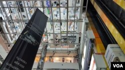 A mall in Singapore is seen from a glass elevator. (VOA News)