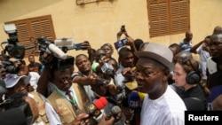 Agbeyome Kodjo s'adresse aux journalistes avant de voter, lors de l'élection présidentielle à Lomé, au Togo, le 22 février 2020. (REUTERS/Luc Gnago)