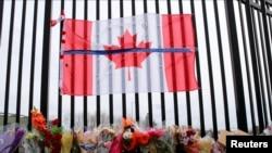 Sebuah tugu peringatan terlihat di luar Markas Besar Polisi Mounted Kanada (RCMP), di Dartmouth, Nova Scotia, Kanada, 20 April 2020. (Foto: Reuters)