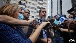 El líder opositor venezolano Juan Guaidó declara a la prensa desde su residencia en Caracas. Julio 12, 2021. [Foto: VOA/Álvaro Algarra]