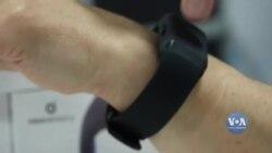 Як наручний пристрій Buzz Neosensory дозволяє людям відчувати явища через тканину шкіри. Відео