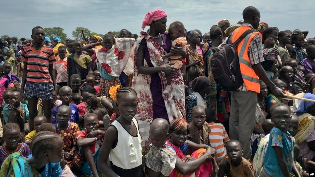Warga yang terdampak oleh peperangan antre untuk mendapatkan bantuan pangan dari Program Pangan Dunia (WFP) di Old Fangak, negara bagian Jonglei, Sudan Selatan (foto: dok).