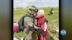 Ветеран стрибнув з парашутом у столітній ювілей. Відео