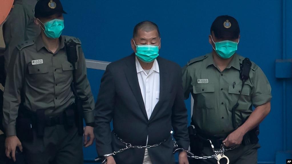 还押中的香港 《苹果日报》创办人黎智英(中)被加控国安法罪名从荔枝角收押所被警员押往法庭提堂。(2020年12月12日)(photo:VOA)