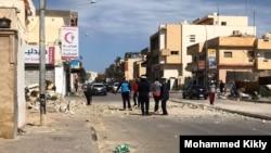 Les habitants examinent une rue récemment touchée par une bombe à Tripoli, en Libye, le 27 mars 2020. (Avec l'aimable autorisation du résident Mohammed Kikly)