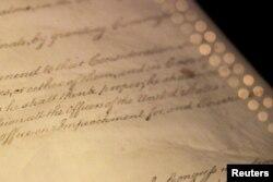 """ARCHIVO: La palabra """"Impeachment"""" (acusación), como está escrita en el Artículo II de la Constitución de Estados Unidos, se ve en exhibición en la Rotonda de las Cartas de la Libertad en el Museo de Archivos Nacionales en Washington, D.C."""