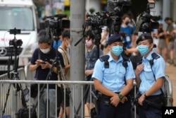 30일 홍콩 국가보안법으로 처음 기소된 퉁잉킷 씨의 선고 공판이 열린 법원 앞에 취재진이 모여있다.