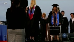 Паралізована але незламана: Вона здійснила мрію і пройшлася сценою на шкільному випускному. Відео