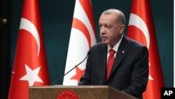 Turski predsednik Redžep Tajip Erdogan na konferenciji za novinare u Ankari, 26. oktobra 2020.